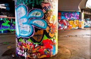 odstraňování graffiti ze školní budovy