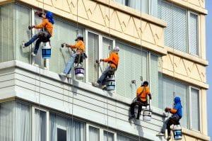 mytí oken z plošiny