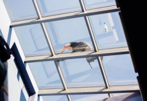 Mytí oken horolezecky