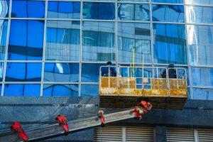 Mytí oken pomocí plošiny