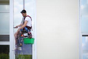 mytí oken s horolezeckou výbavou