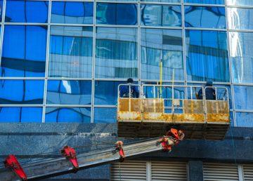 mytí oken za pomoci vysokozdvižné plošiny