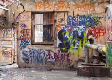 poničené domy od sprejerů